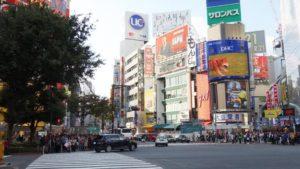 渋谷交差点を左側から渡ります